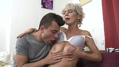 Mature mom Irenka seducing young son