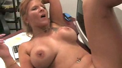 Older MILF likes young dick 3